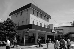 「明大前」駅(白黒)