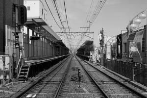 「明大前」駅のホーム(白黒)