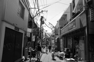 「明大前」駅付近の商店街(白黒)