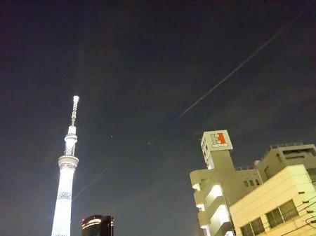 東京スカイツリーと飛行機雲?