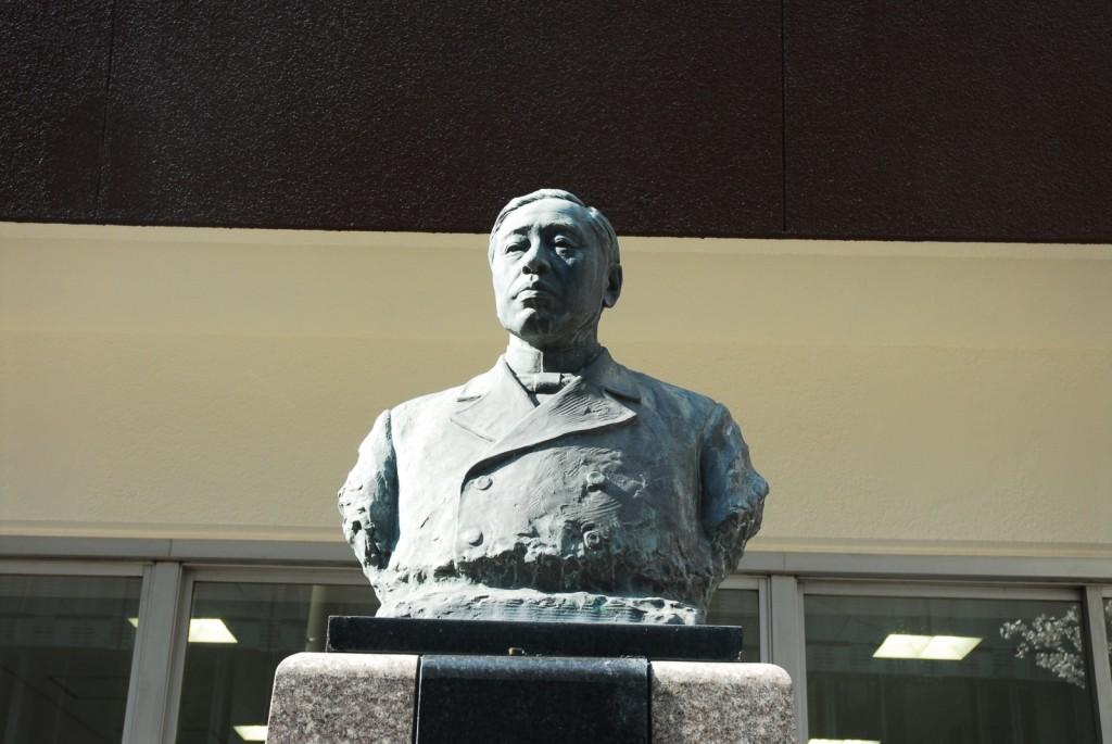 山田顕義像