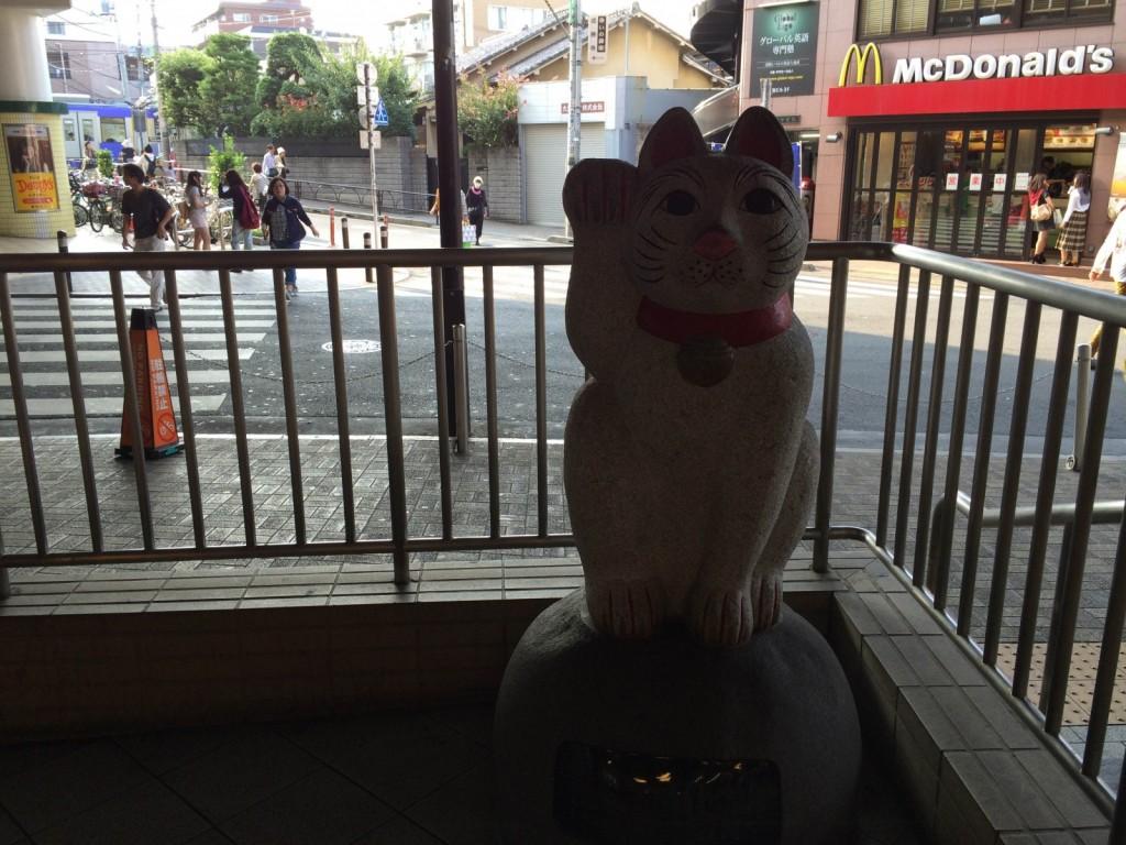 豪徳寺駅前で(1)