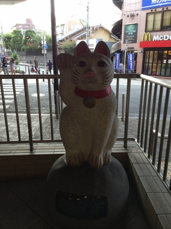 豪徳寺駅前で(2)